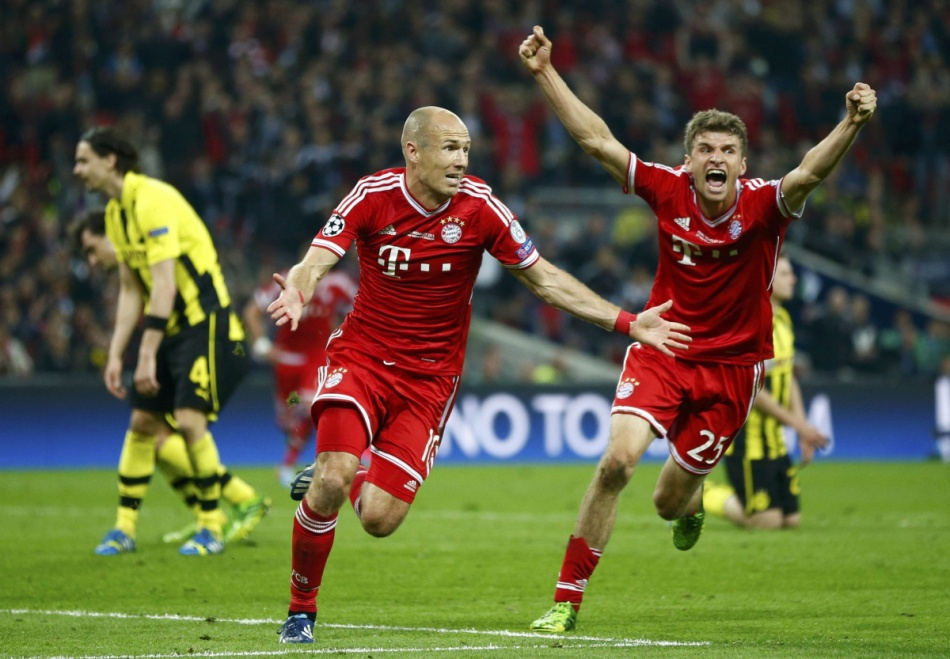 Bayern Munich's Robben, flanked by team mate Mueller, celebrates after scoring the winning goal against Borussia Dortmund during their Champions League Final soccer match at Wembley Stadium in London